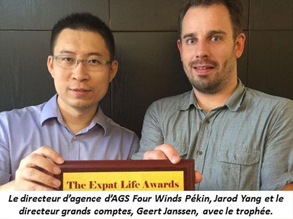 """2 hommes posant avec la récompense """"The expat Life Awards"""""""